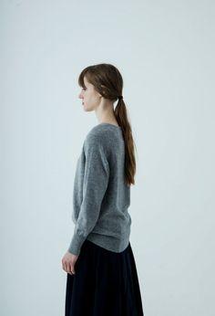 12ゲージVネックセーター – short finger / CA & Co.  ハイゲージで柔らかく編みました。首元をシャープに見せるVネックは深すぎず、ゆったりめの身幅とラグランスリーブで気持ちよく着ていただけます。カシミヤの繊維はウールよりも細いため、ちくちく感のない心地良い肌触りです。  ¥30,240 (税込)  #カシミヤ #cashmere #knit #ニット #セーター #Vネック
