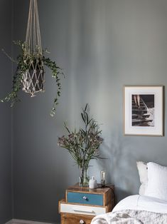 This wall color make this bedroom perfect! The choice of decoration between classic and vintage, the plants around that give coolness. Blue Bedroom, Cozy Bedroom, Modern Bedroom, Bedroom Colours, Sol Sombre, Open Plan Apartment, Swedish House, Scandinavian Home, Spring Colors