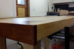 How to Make a Solid and Cheap Workbench - Woodworking Session Workbench Stool, Building A Workbench, Garage Workbench, Woodworking Bench For Sale, Woodworking Workbench, Woodworking Forum, Woodworking Projects, Cardboard Furniture, Diy Pallet Furniture