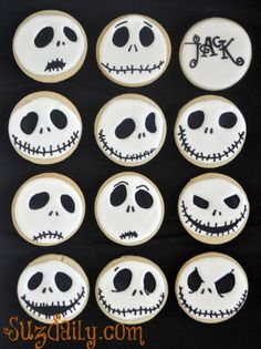 """How to make a """"Nightmare Before Christmas"""" Jack Skellington Cookie. Perfect buffet food for our Halloween With Tim Burton party! Halloween Desserts, Halloween Cupcakes, Diy Deco Halloween, Buffet Halloween, Halloween Bebes, Postres Halloween, Halloween Cookie Recipes, Halloween Cookies Decorated, Halloween Sugar Cookies"""