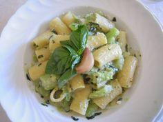 Pasta con la zucchina e crema di ricotta al basilico
