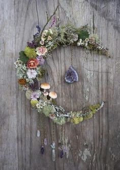 Fairy and practical, the light garland is an integral part of the holiday season to bring our interior a touch of magic. Dried Flower Wreaths, Dried Flowers, Ramadan Decoration, Witch Decor, Boho Wall Hanging, Deco Floral, Diy Wedding Decorations, Decor Wedding, Paper Decorations