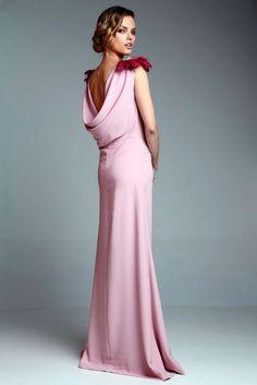 vestido largo de fiesta rosa palo con escote drapeado y hombrerras  doradas y plumas de apparentia collection online