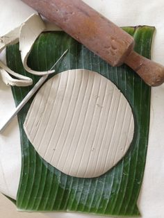banana leaf pattern Clay Creations, Banana, Pottery, Ceramics, Pottery Pots, Ceramic Art, Clay Crafts, Ceramica, Bananas