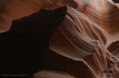"""Claudia Castellano   """"In Arizona si trova un canyon meraviglioso, l'Antilope Canyon. Ci siamo addentrati con la guida del posto, un giovane navajo. Sono rimasta a bocca aperta nel vedere questa roccia lavorata dal vento e dall'acqua. La luce che filtra crea delle figure sulle rocce. Questo è un lupo.""""  Arizona, USA - 2012"""