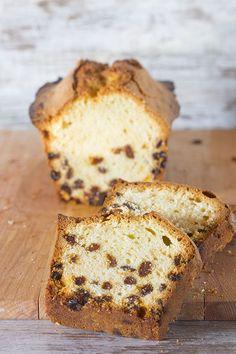 """""""Preparación de pastelería de orígen inglés, elaborada por una pasta fermentada aromatizada con ron y a la que tradicionalmente se le añaden tres variedades de uvas pasas. El plum cake puede ser de un"""