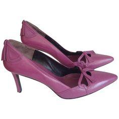 Pre-owned pumps purple (545 BRL) ❤ liked on Polyvore featuring shoes, pumps, black, purple pumps, black bow pumps, black pumps, valentino pumps and bow shoes