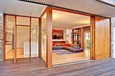 Interiér přízemí je nenásilně propojen s venkovní terasou.