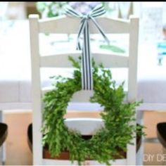 Make our boxwood wreath simple tutorial on DIY Decorator