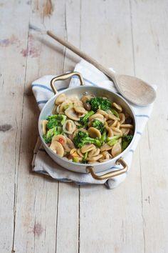 Orecchiette allo zafferano con broccoli acciughe salate e olive