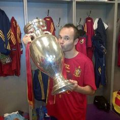 Andres Iniesta kissing the Euro 2012 trophy Spain won last night Euro 2012, Football, Soccer Players, Fifa, Beckham, Superstar, Brave, Cool Pictures, Cheer
