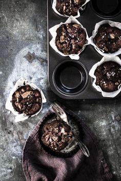 Schokomuffins passen immer: zu Geburtstagen, Sommerfesten oder noch lauwarm mit einer Kugel Vanilleeis serviert als Dessert