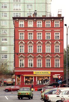 So nah können alt und neu beieinander liegen: In der Lichtenberger Straße der Befreiung steht 1991 vor einer Platte ein sanierter Altbau. Im Erdgeschoss hat sich ein Lampenladen in dem roten Haus...