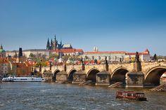 Karelsbrug, Praag (Tsjechië). Over de rivier Vltava, verbindt de Oude Stad met de wijk Malá Strana.