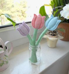 Quick and easy felt tulips - free sewing pattern & tutorial Felt Diy, Felt Crafts, Diy And Crafts, Easy Sewing Projects, Diy Craft Projects, Sewing Patterns Free, Free Sewing, Tulips In Vase, Spring Crafts For Kids