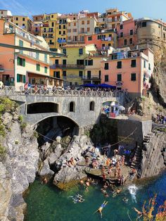 I caught a boat from this landing in Manarola and boated down the coast, stopping to snorkle  pic.twitter.com/RTPAko13CC