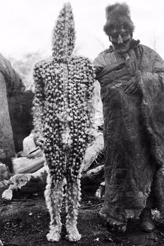 The Lost Tribes of Tierra del Fuego: Rare and Haunting Photos of Selk'nam People Posing With Their Traditional Body-Painting ~ vintage everyday Anima And Animus, Jungle Life, Haunting Photos, The Doors Of Perception, People Poses, Famous Pictures, Tribal People, Bizarre, Ancient Mysteries