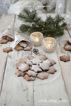 Mettre des biscuits, apéritifs dans des sachets.