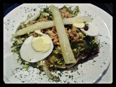 Ensalada con bonito, huevo y espárragos de Navarra D.O. Tahona Artesanal Gourmet Bilbao.