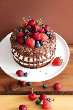 Tarta de cacao, nata y fruta fresca
