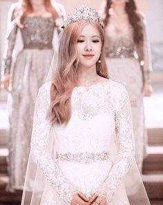 rose blackpink cute Im a queen . Kpop Girl Groups, Korean Girl Groups, Kpop Girls, Foto Rose, Rose Queen, Rose Icon, Rose Park, Black Pink Kpop, Blackpink Photos