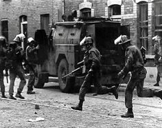 Paras on duty on the streets of Londonderry Northern Ireland Troubles, Northern Island, Parachute Regiment, Images Of Ireland, British Armed Forces, Londonderry, British Army, Special Forces, Military History