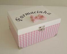 ** PRONTA ENTREGA **    Caixa farmacinha em mdf.  Com palavra recortada na tampa.  Cores branco e rosa.  Com decoupage xadrez rosa e aplique laço em resina pintada na tampa.  envernizada.  Possui pesinhos em metal.    Medidas: 11,5cm de altura x 23cm de comprimento x 18cm de largura R$ 77,50