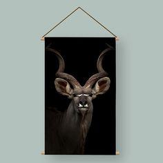 Een art-deco-interieur is niet compleet zonder kunst. Maar maak je geen zorgen: je hoeft geen dure werken in huis te halen voor een geslaagd resultaat. Een donkere textielposter of wandkleed kan al wonderen verrichten. Dit is een mooi decoratieve textielposter waarin een antilope in het donker is toegevoegd. Dit is een kunstwerk en een eyecatcher in je interieur.
