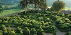 Jardins au coeur du Périgord noir, le site classé de 22 hectares des jardins de Marqueyssac en Dordogne propose d'agréables promenades. Visiter le jardin