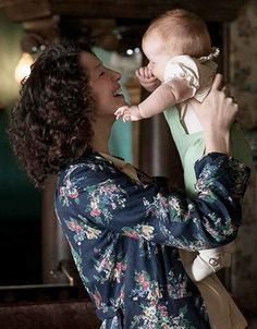Starz has released a new photo of Claire (Caitriona Balfe) holding baby Briana. Voyager Outlander, Outlander Book Series, Outlander 3, Sam Heughan Outlander, Claire Fraser, Jamie Fraser, Diana Gabaldon, 3 People Costumes, Tartan