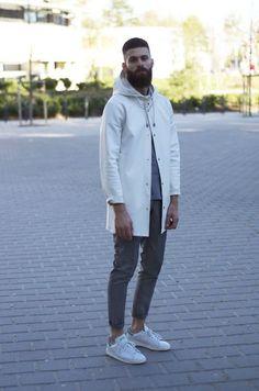 Adidas Stan Smith, Macho Moda - Blog de Moda Masculina: Looks Masculinos com Adidas Stan Smith, pra inspirar! Windbreaker, Calça Cinza Masculina, Moda Masculina, Corta Vento, Moda para Homens, Look Neutro masculino