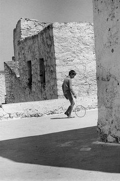 Boy with a hoop, Crete, Greece, 1964 - Greek America Foundation; Photograph by Constantine Manos, Magnum Photographer Vintage Pictures, Old Pictures, Old Photos, Greece Photography, Street Photography, Urban Photography, Color Photography, Greece Pictures, Crete Island