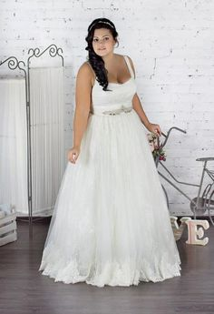 Huge part of wedding dresses for bride are designed for thin women. Plus size women spent on wedding dress searches twice the time. 2016 Wedding Dresses, Wedding Dress Trends, Bridal Dresses, Bridesmaid Dresses Plus Size, Plus Size Dresses, Trends 2018, Greek Dress, Bridal Dress Design, Glamour