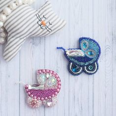 206 отметок «Нравится», 13 комментариев — 🌿БРОШКИ - ВОРОБУШКИ🌿 (@broshki_vorobushki) в Instagram: «Милые брошки-колясочки могут стать отличным подарком молодой маме💟 Тема и для меня актуальная, хоть…» Bead Embroidery Patterns, Bead Embroidery Jewelry, Textile Jewelry, Beaded Embroidery, Hand Embroidery, Beaded Jewelry, Brooches Handmade, Handmade Jewelry, Crochet Baby Mobiles