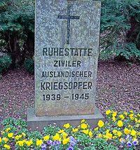 Der Gedenkstein auf dem Friedhof in Niedergirmes erinnert an die hier beerdigten Zwangsarbeiter.
