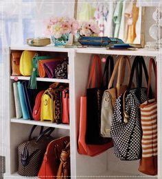 Armário sem porta, bolsas coloridas organizadas. Dicas de como organizar o Guarda Roupa