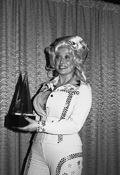 As iconic country singer Dolly Parton celebrates her birthday on Jan. take a look back at some of the other milestone moments throughout her life and prolific career … Dolly Parton Wigs, Dolly Parton Young, Dolly Parton Costume, Country Music Artists, Country Singers, Dolly Parton Pictures, Big Blonde Hair, Beautiful Old Woman, Voluptuous Women