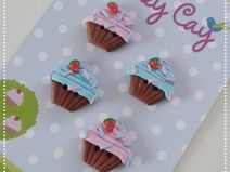 polymer clay cupcake buttons with strawberry, fimo, sculpey knopf, knöpfe mit erdbeer Polymer Clay Cupcake, Biscuit, Strawberry, Buttons, Etsy, Inspiration, Appliques, Fimo, Handmade
