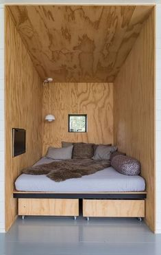 home decor - Nyt sommerhus med havudsigt til under en million Plywood Interior, Plywood Walls, Alcove Bed, Micro House, Tiny Living, Home Renovation, Small Spaces, House Design, Interior Design