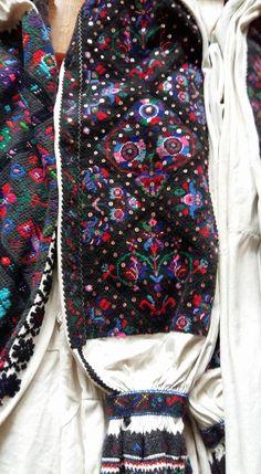 Romanian blouse detail - Tinutul Padurenilor Folk Clothing, Hungarian Embroidery, Drawstring Backpack, Textiles, Costumes, Detail, Sewing, T Shirt, Tops