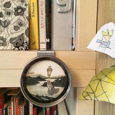 Ayer me di un homenaje y me compré un Alvaro Sobrino para ver de cerca #microcollage #art Y ahora esta en la estantería de honor junto a mi faraón especial y su pirámide, el premio #Graffica , algunos de mis libros favoritos y postales @alvaro.sobrino #enseñatuestantería http://paseandohilos.blogspot.com.es