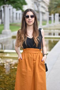 Lucía Peris is wearing Zara blouse and midi skirt, Coach black crossbody bag, Topshop sunglasses, personalised white Adidas sneakers, and Aristocrazy watch (midilema.com)