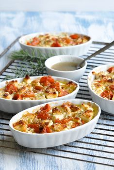 This baked feta cheese with tomatoes and rosemary maple syrup is a very quick, simple and very tasty starter, side dish or tapas dish. It fits in summer when you are sitting on the terrace with friend Healthy Eating Tips, Healthy Recipes, Law Carb, Tapas Dishes, Winter Food, Queso, Food Inspiration, Macaroni And Cheese, Good Food
