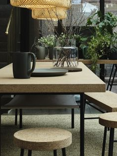 mooie nieuwe collectie van ikea, ontworpen door ilse crawford: sinnerlig; tafel en krukken van kurk