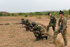 A soldier from the Irish Defence Force (IDF) (2nd from right) and a soldier from the 1st Battalion the Royal Irish Regiment work side by side training Mali troops in Africa, as part of the European Union Training Mission.