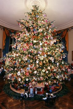 These Gorgeous Christmas Decorations Will Inspire Your Next Tree White House Christmas Tree, Diy Christmas Lights, Cool Christmas Trees, Christmas Mantels, Noel Christmas, Victorian Christmas, Vintage Christmas Ornaments, Pink Christmas, Christmas Colors