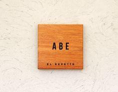 木目が綺麗なアパ材の表札(サイン) 『株式会社 エルレペット』 深く彫刻した文字にブラックの着色…