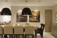 eh!DÉCOR: Sala de jantar em tons neutros. Sala clássica projetada por Flavio Moura. Veja + no blog!