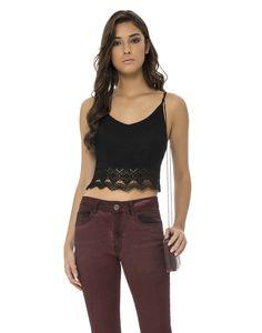 Transmita uma sensualidade moderna com o lindo detalhe em renda da blusa cropped. Justinha ao corpo, ouse na produção com comey jeans ou invista nas saias midi justas para um visual femme fatale!