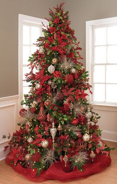 Red Christmas Tree Decorations Ideas If you're tired of the same old green Christmas tree decoration, it's time for a change. How about going for a red Christmas tree this year? Gold Christmas Decorations, Christmas Tree Themes, Noel Christmas, Green Christmas, Rustic Christmas, Christmas Wreaths, Decorated Christmas Trees, Christmas Colors, Xmas Trees